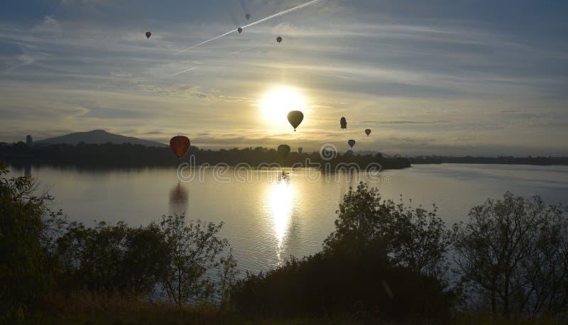 Heißluftballone, die in die Luft über See Burley Griffin fliegen lizenzfreie stockfotografie