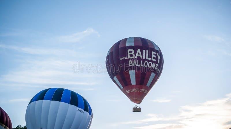 Heißluftballone, die während der Massenbesteigung in Bristol steigen stockbilder