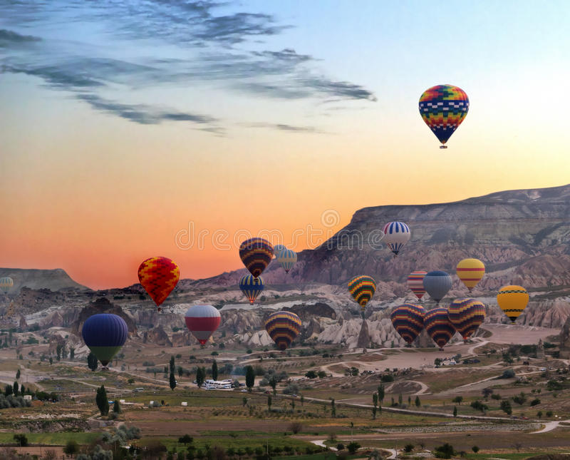 Heißluftballone fliegen über Cappadocia stockfoto