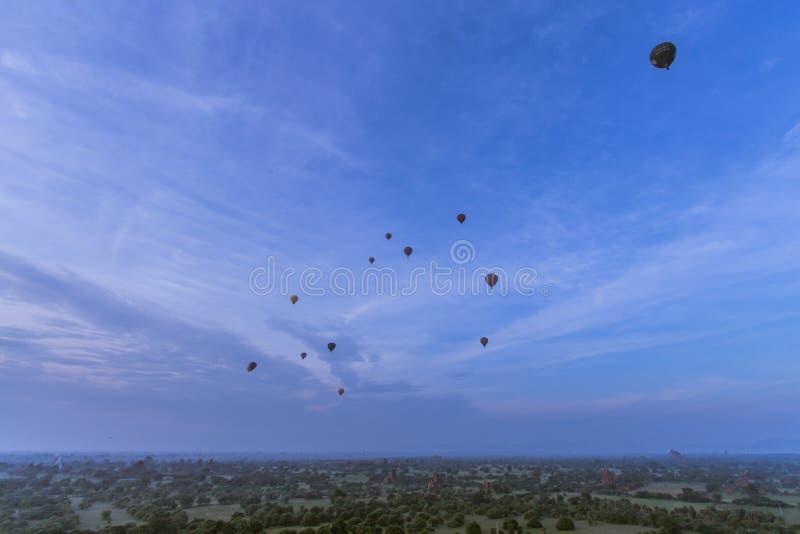 Heißluftballone und Pagoden lizenzfreie stockfotos