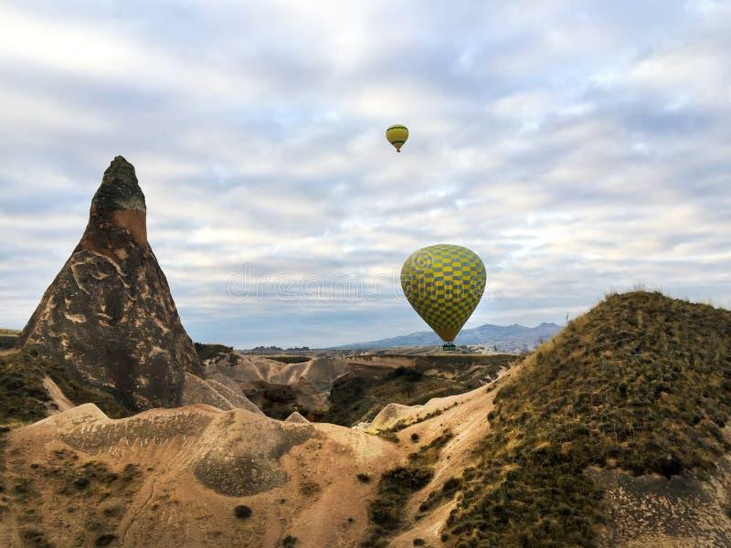 Heißluftballonfliege über Cappadocia, die Türkei lizenzfreie stockfotos