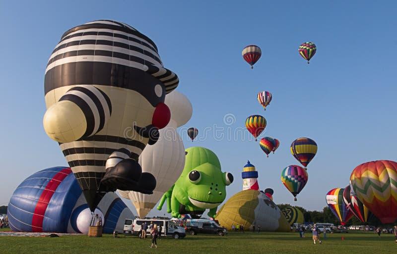 Heißluftballonmassenbesteigung stockfotos