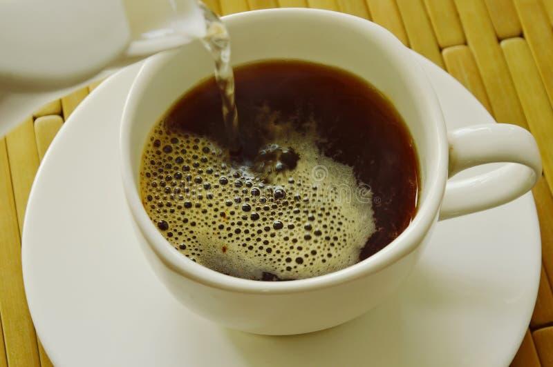 Heißwasser stellen einen Tasse Kaffee her stockfotografie