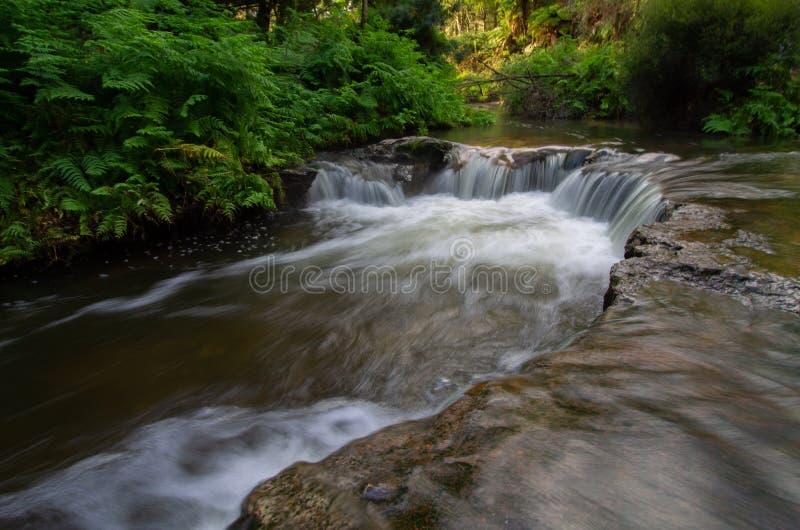 Heißwasserpool der Kerosinnebenflussnatur mit Wasserfall lizenzfreie stockfotografie