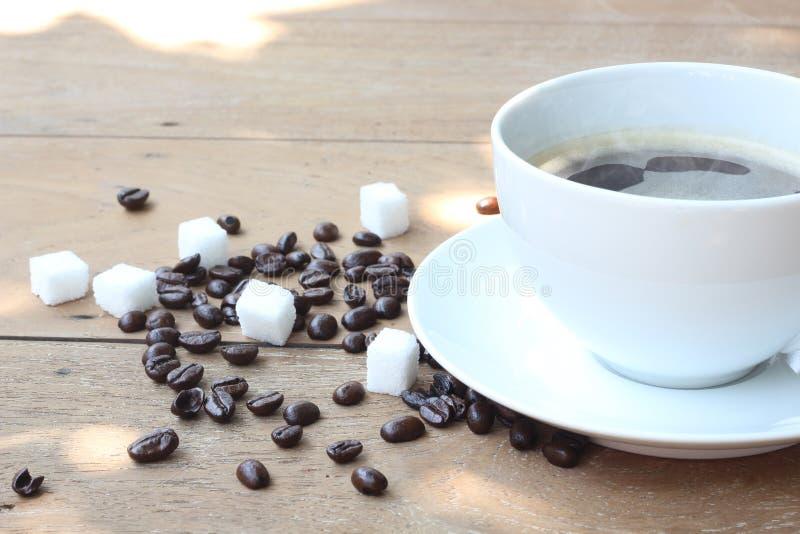 Heißer Kaffee auf alten Bretterböden stockfoto