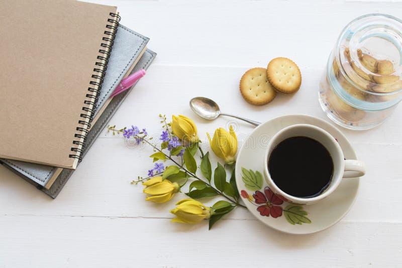 Heißer Kaffee mit Notizbuch für Geschäftsarbeit lizenzfreie stockfotos