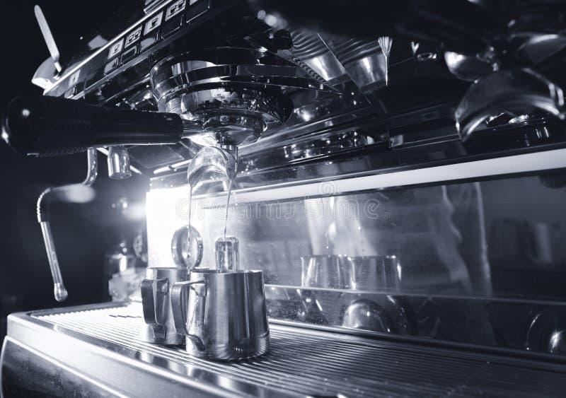 Heißer schwarzer Kaffee wird in eine weiße Schale gegossen, hergestellt von der porta Filter-Espressomaschine lizenzfreies stockbild