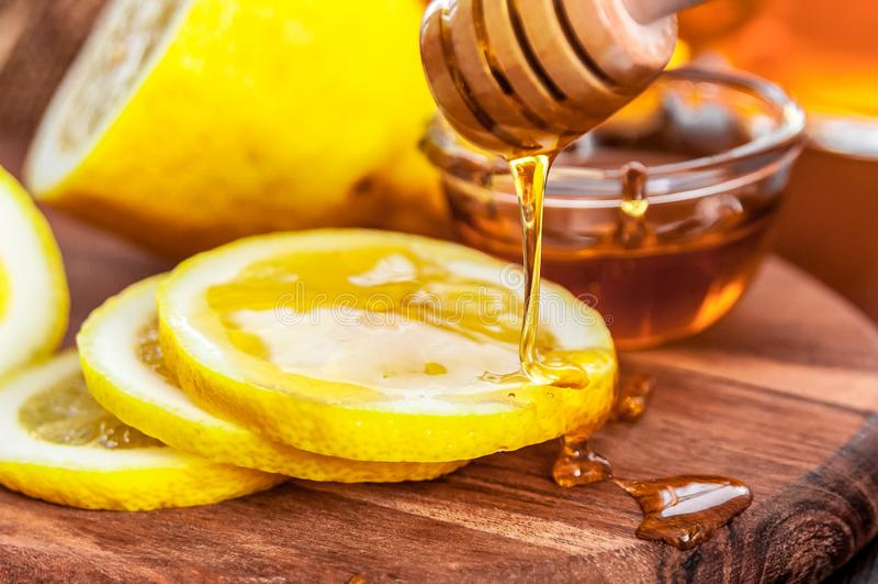 Heißer Tee mit der Zitrone und Bienenhonig, gute Festlichkeit zum Haben von Vitamine und von starker Immunität stockfotos