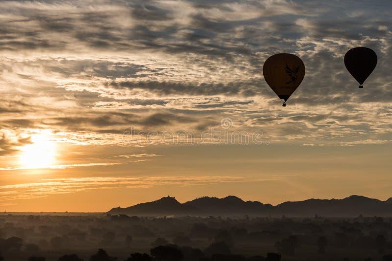 Heißluftballon über Ebene von Bagan am nebelhaften Morgen, Myanmar lizenzfreie stockfotografie