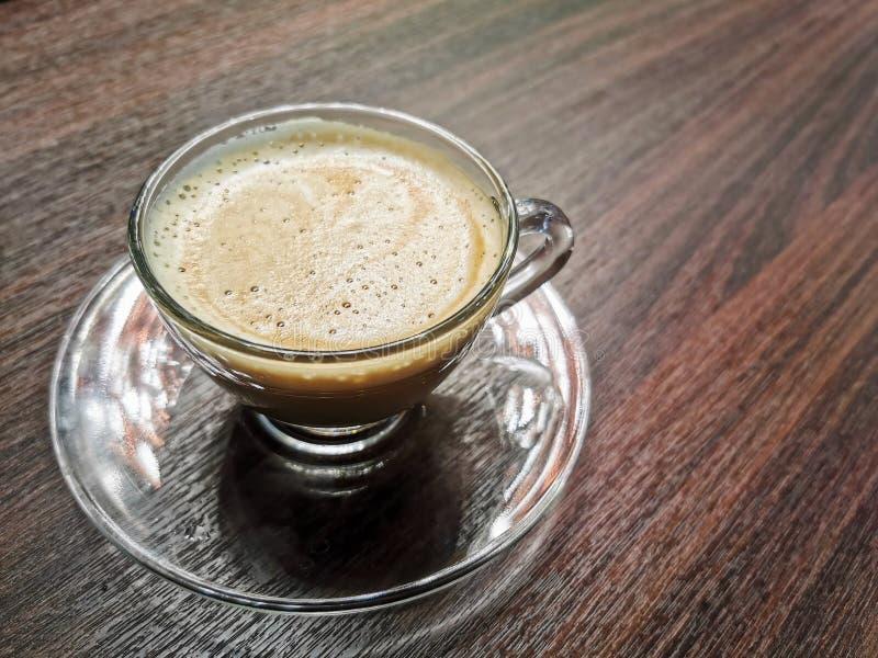 Hei?er Cappuccino-Kaffee auf Holztisch stockfotos