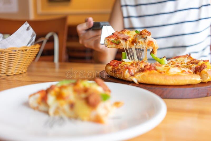 Hei?er Pizzabadbeh?lter von Pizzabel?gen schlie?en Schinken, Schweinefleisch, Paprika und Gem?se, Pizza mit ein, die italienische stockbilder