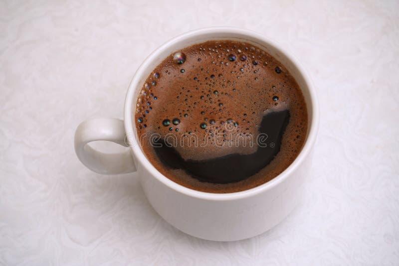 Hei?er schwarzer Kaffee in einer wei?en Schale lizenzfreie stockfotografie