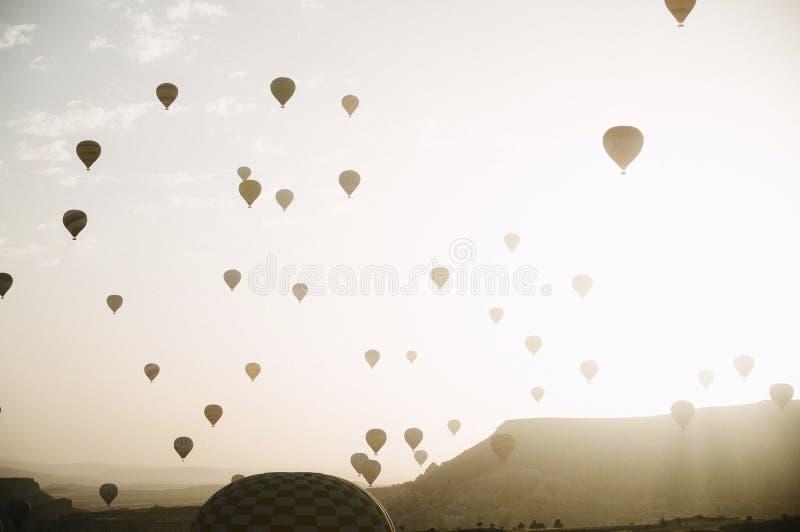 Hei?luft steigt Landung in einem Nationalpark die T?rkei Berg-Cappadocia Goreme im Ballon auf lizenzfreies stockbild