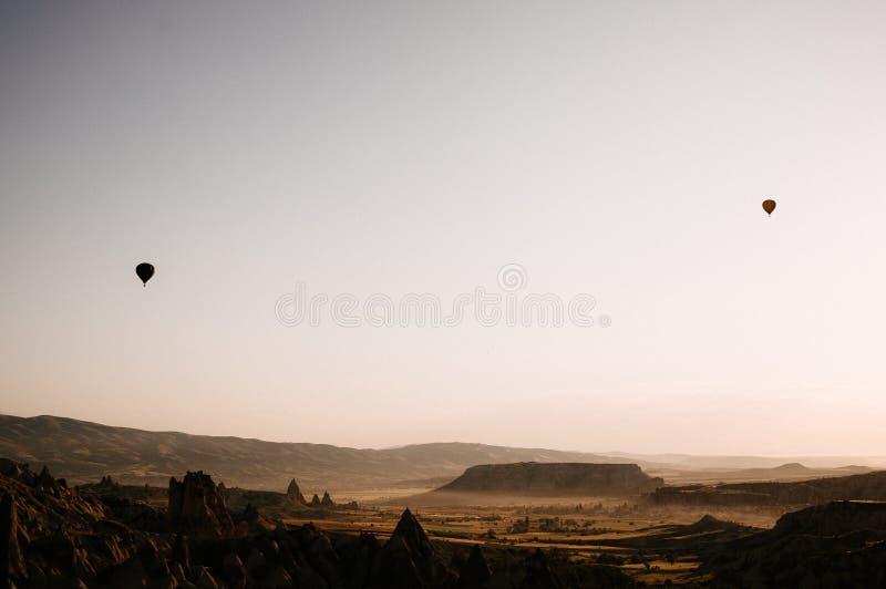 Hei?luft steigt Landung in einem Nationalpark die T?rkei Berg-Cappadocia Goreme im Ballon auf stockfotos