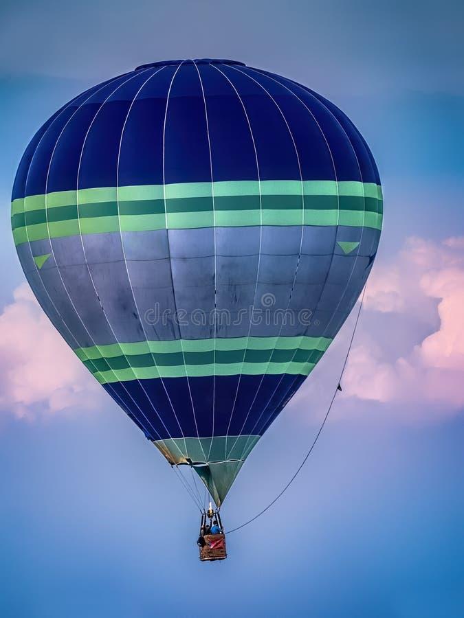 Hei?luftballon in der Luft stockfoto