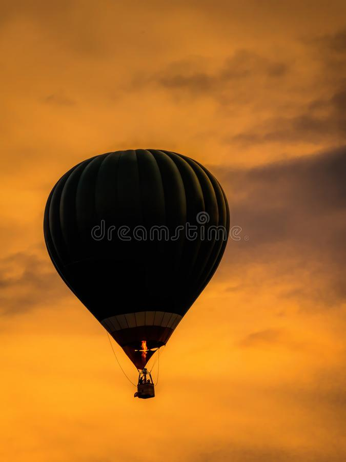 Hei?luftballon in der Luft lizenzfreie stockfotos