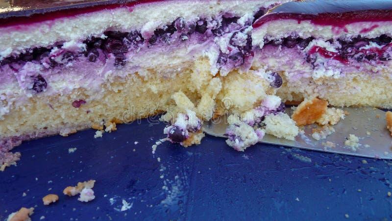 Heidelbeer-Sahne-Torte Kuchen auf einer Servierplatte stockbild
