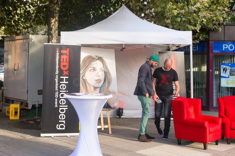 HEIDELBERG, ALEMANHA - 1º de outubro de 2017 Dois homens não identificados novos promovem um evento de TEDx na cidade de Heidelbe imagem de stock