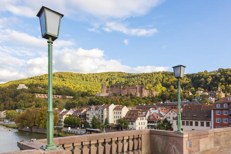 Heidelberg, Alemania - visión desde el Karl-Theodor-puente sobre ciudad vieja al castillo foto de archivo