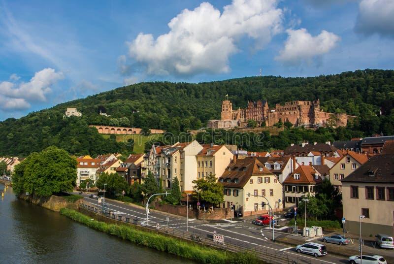 HEIDELBERG NIEMCY, CZERWIEC, - 4, 2017: Panoramiczny widok Heidelberg kasztel nad dachówkowymi dachami stary miasteczko od Carl T obraz royalty free