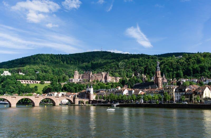 Heidelberg panorama z grodowym starym mostem przy niebieskim niebem chmurnieje obraz stock