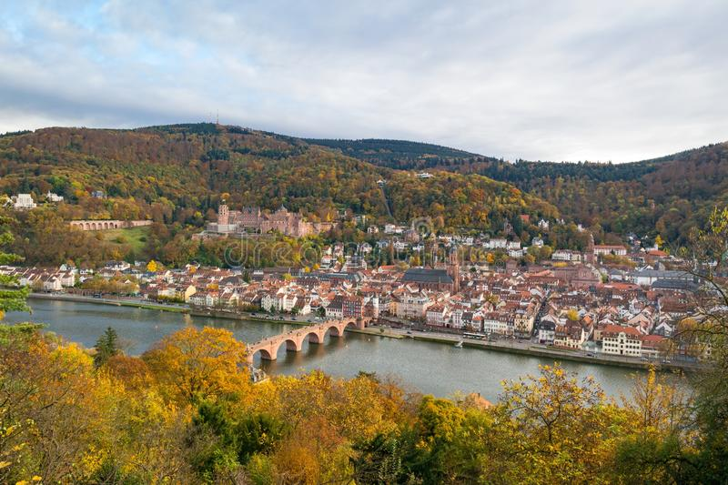 Heidelberg Tyskland: höstlig panorama- flyg- sikt på den gamla staden, floden Neckar, den gamla bron och slotten arkivbilder