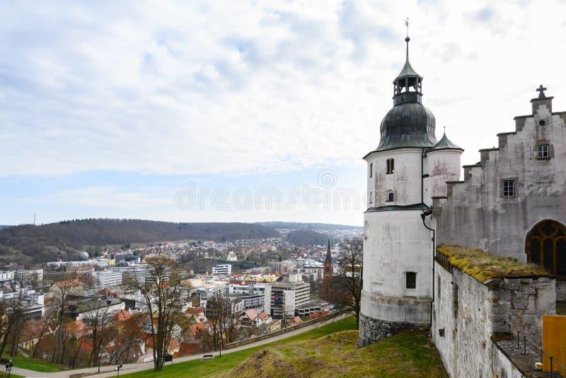HEIDENHEIM TYSKLAND, APRIL 7, 2019: sikt från slotten Hellenstein över staden Heidenheim en der Brenz i sydlig Tyskland arkivfoton