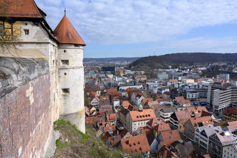 HEIDENHEIM TYSKLAND, APRIL 7, 2019: sikt från slotten Hellenstein över staden Heidenheim en der Brenz i sydlig Tyskland arkivbilder