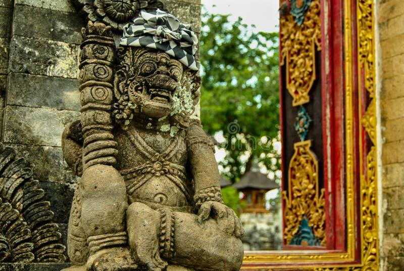 Heidens beeldhouwwerk - traditioneel Balinees Godsstandbeeld in Hindoese tempel stock foto