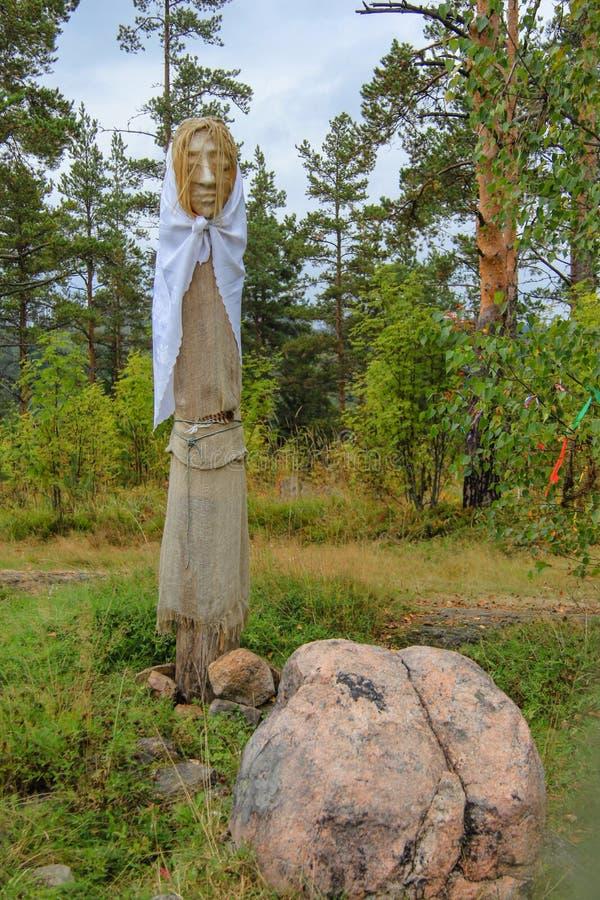 Heidense idolen in de herfstbos, Karelië royalty-vrije stock fotografie