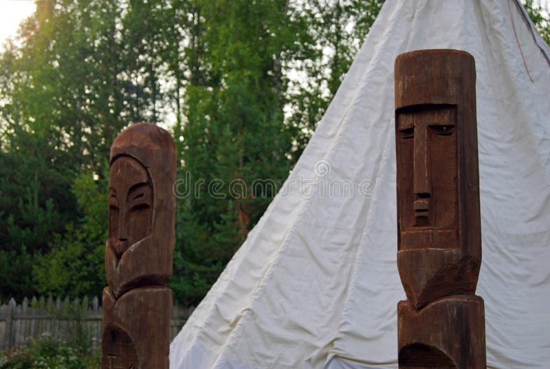 Heidnische Idole vor dem Zelt stockfotos