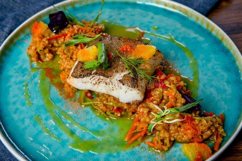 Heilbot in mangosaus die wordt gestoofd Europese keuken Het werk van een professionele chef-kok Schotel van een restaurant of kof royalty-vrije stock foto