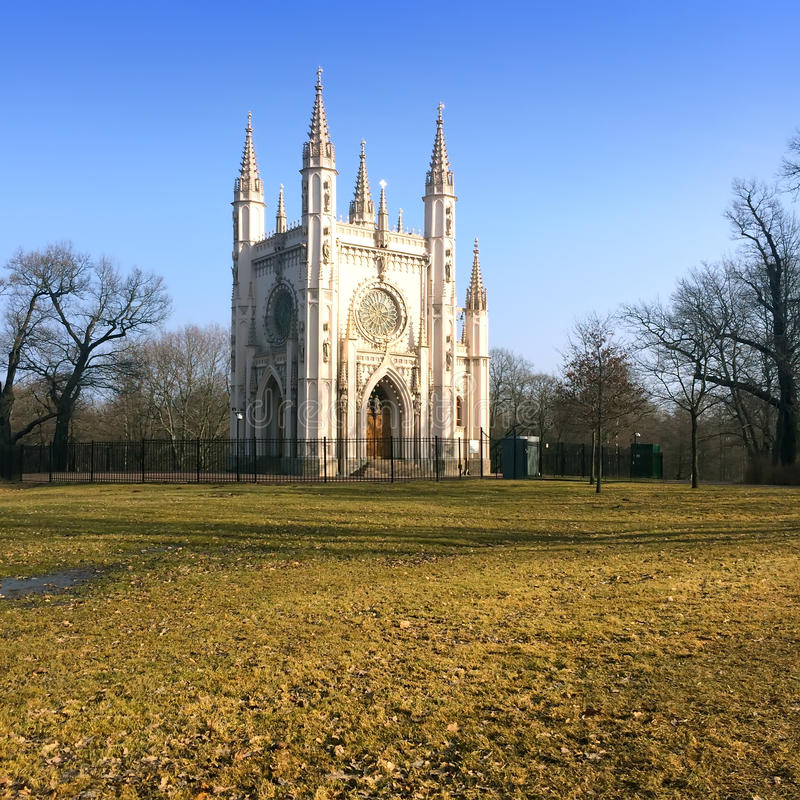 Heilig-Alexander Nevsky Orthodox-Kirche (gotische Kapelle) in Alexandria-Park Peterhof, St Petersburg, stockbilder