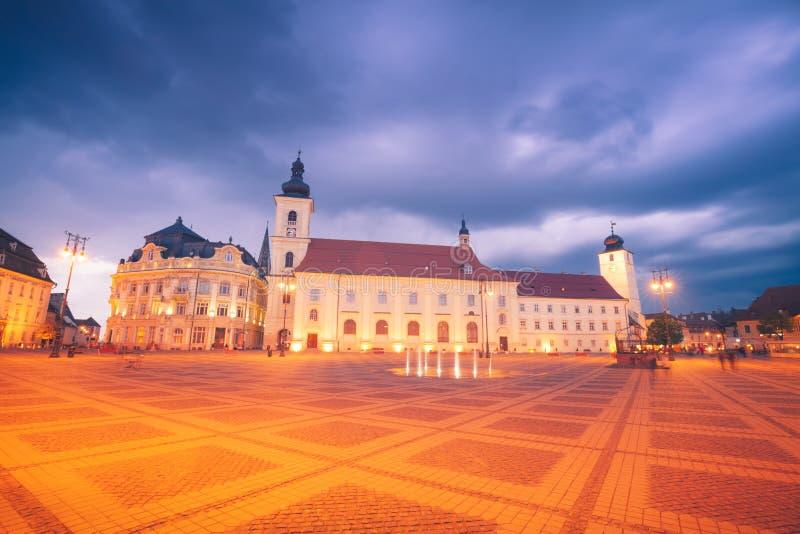 Heilig Drievuldigheidskerk en Sibiu Stadhuis stock foto