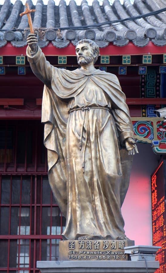 Heilig-Francis Xavier-Statue im vorderen Heiligen Joseph Cathedral in Peking lizenzfreie stockfotografie