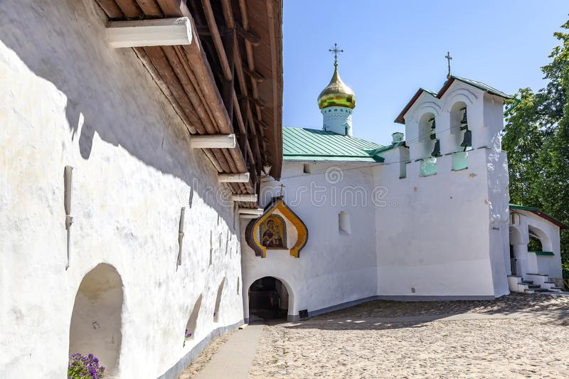 Heilig het Klooster Pskov-Holen van Dormition pskovo-Pechersky Klooster De muren van de vesting royalty-vrije stock afbeeldingen