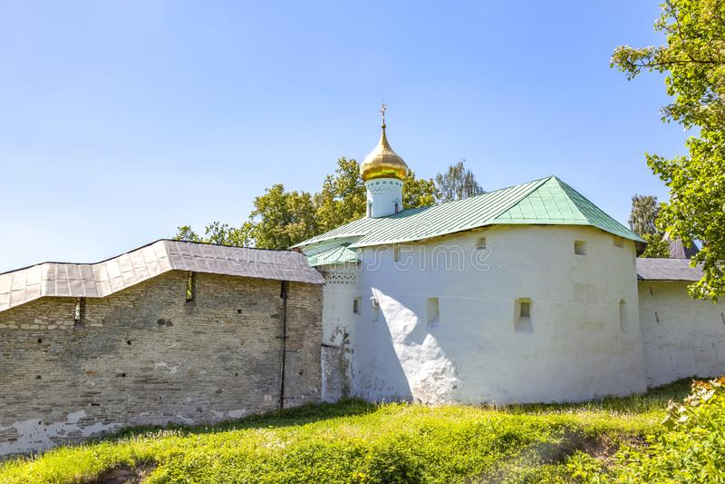 Heilig het Klooster Pskov-Holen van Dormition pskovo-Pechersky Klooster De muren van de vesting royalty-vrije stock foto