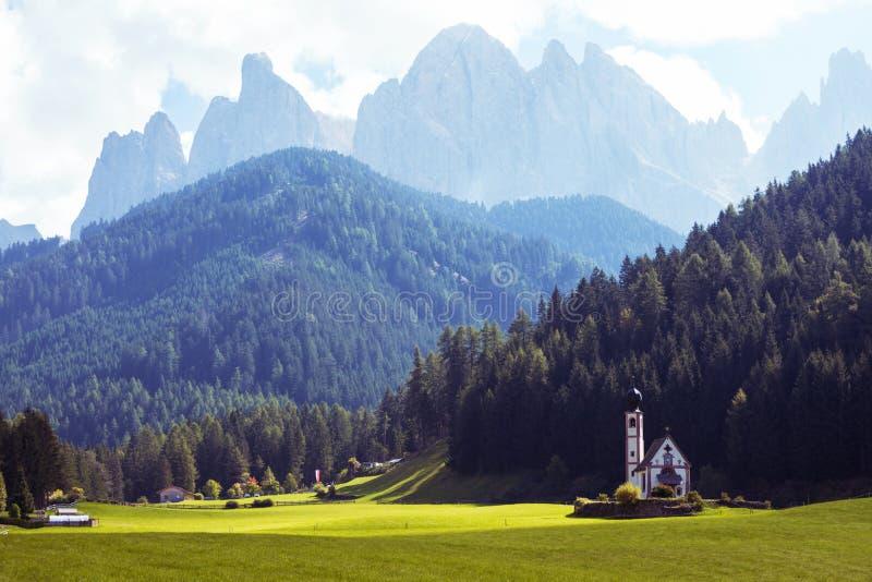 Heilig-Johann-Kirche in den Dolomitalpen stockfotos