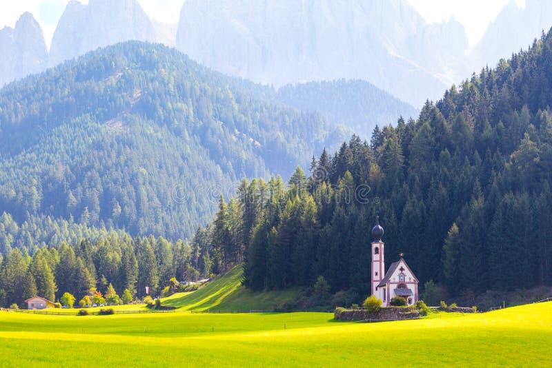 Heilig-Johann-Kirche in den Dolomitalpen stockfotografie