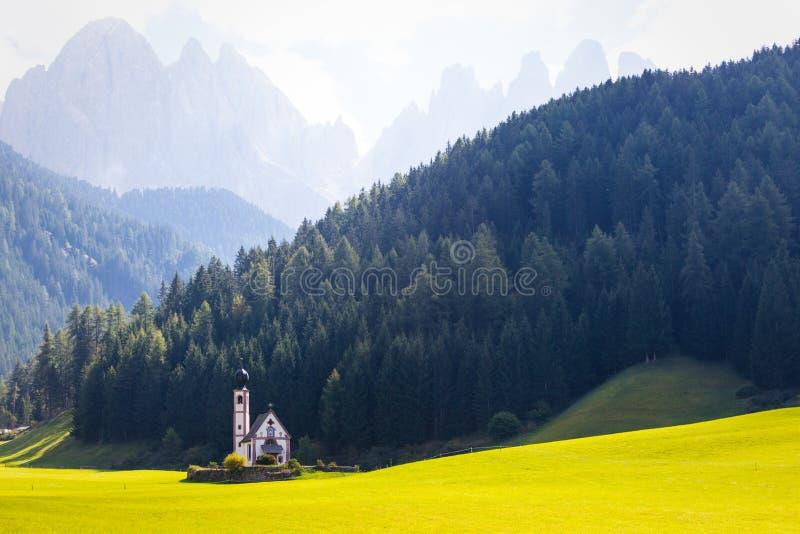 Heilig-Johann-Kirche in den Dolomitalpen stockfoto
