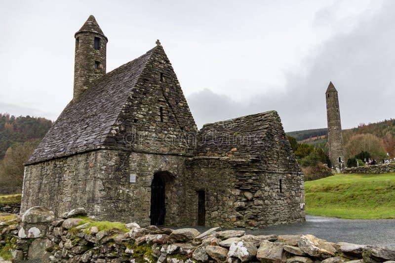Heilig-Kevins Küche und der runde Turm am klösterlichen Standort Glendalough in Wicklow, Irland stockfotos