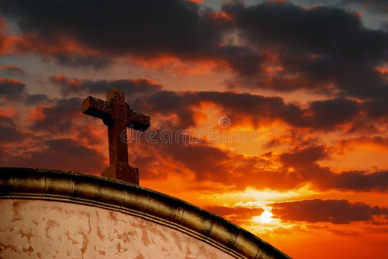 Download Heilig Kruis Onder Een Kleurrijke Hemel Stock Afbeelding - Afbeelding bestaande uit silhouet, achtergrond: 54076963