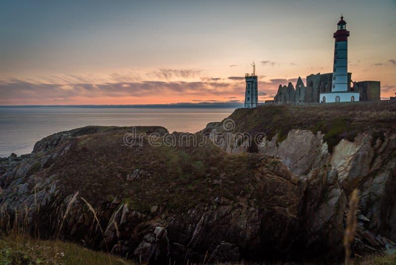 Heilig-Mathieu-Leuchtturm in Bretagne bei Sonnenuntergang in Frankreich lizenzfreie stockbilder