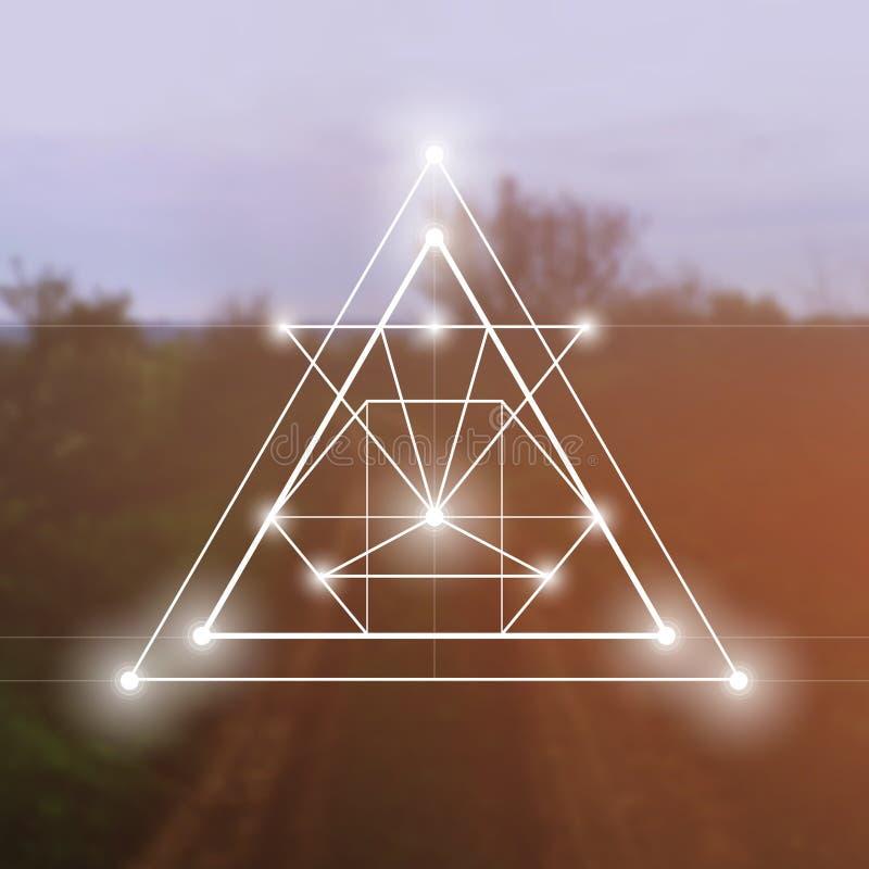 Heilig meetkundesymbool op vage fotoachtergrond Wiskunde en spiritualiteit in aard royalty-vrije illustratie
