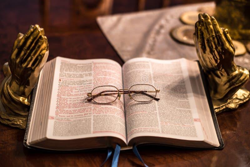 Heilig Schrift met hoofdstuk 5 van vergrootglasmatthew stock foto's