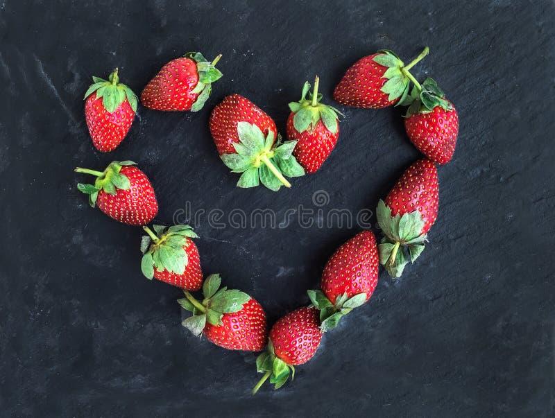 Heilig-Valentinstaggruß-Beerensatz: neues Garten strawberr lizenzfreie stockfotografie