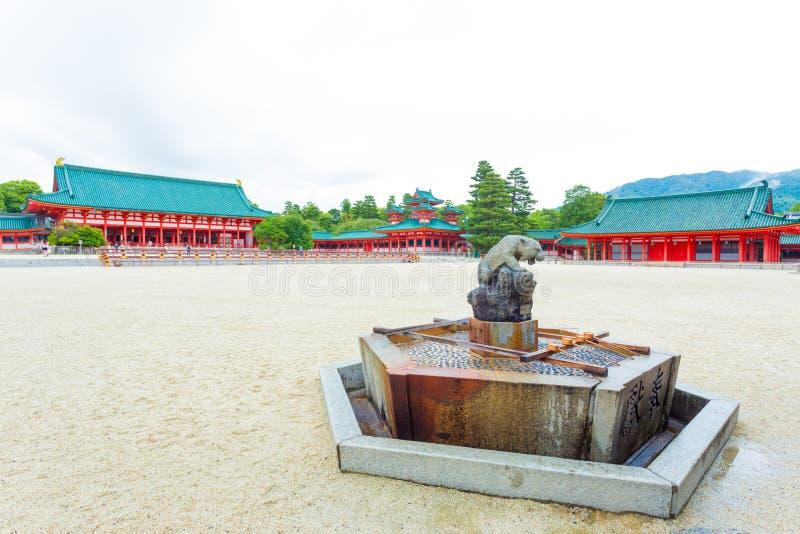 Heiligdom heian-Jingu binnen de Fontein van het Binnenplaatswater stock foto's