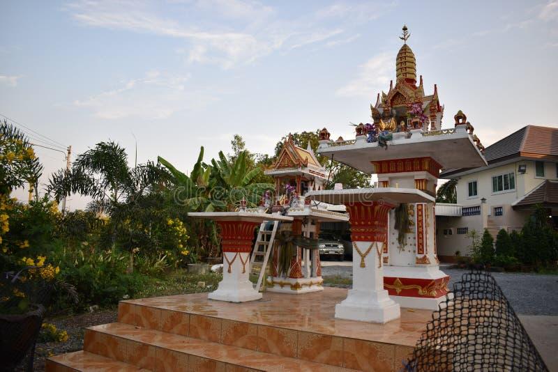 Heiligdom van de huishoudengod in Thailand stock foto's