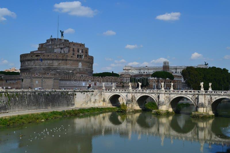 Heilige Angel Castle en brug over de Tiber-rivier in Rome royalty-vrije stock afbeeldingen