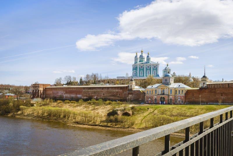 Heilige Annahme-Kathedrale smolensk Russland Ansicht von der Brücke lizenzfreies stockfoto